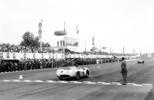 画像: ファン・マヌエル・ファンジオのドライブで1955年のイタリアGPを制したW196Rストリームライン。