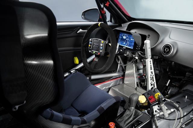 画像: レース仕様のインテリアは量産から一変。