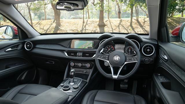 画像: インパネはガソリンモデルと同じ。2.0ターボQ4と同様にシートヒーター付レザーシートやリアパーキングカメラなどが標準装備されている。