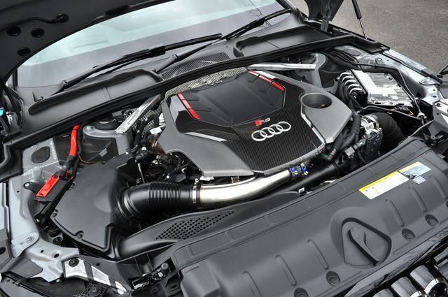 画像: 先代モデルの4.2L V8エンジンから新型は2.9L V6ツインターボエンジンに一新。バンク間にターボが2基納まる。最高出力331kW(450ps)、最大トルク600Nm。