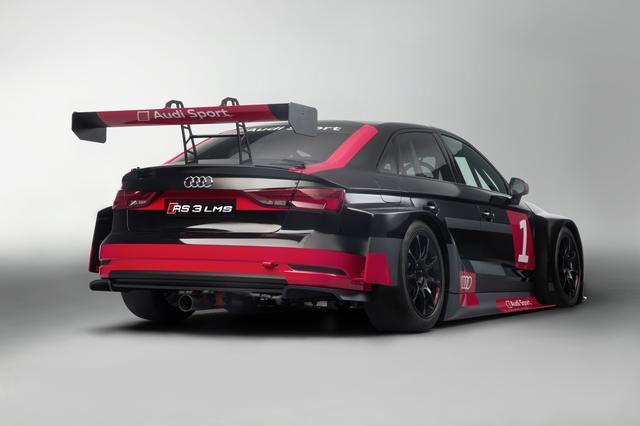 画像: 巨大なリアウイングやブリスターフェンダーを装着、本格的なレース車両に仕上げられている。