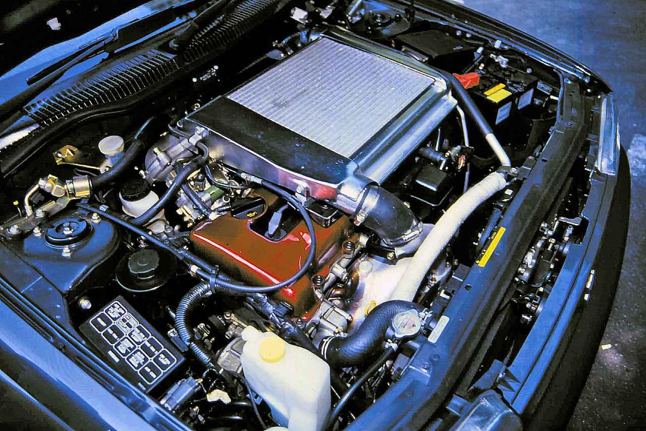 画像: 狭いエンジンルームはギッシリで、熱対策に追われたのが惜しい。それでも0-400m加速13.5秒の俊足を誇った。