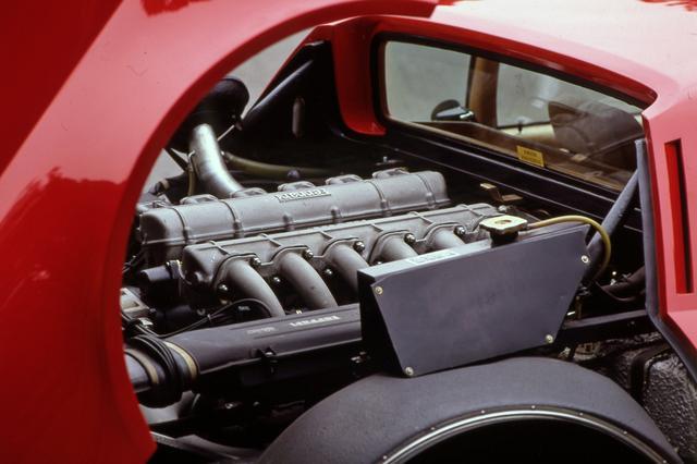 画像: 365GT4 BBは512BBから512BBiへと進化する。写真は512BBiのエンジン。排気量は4943ccに拡大され、燃料供給装置はインジェクション式となった。