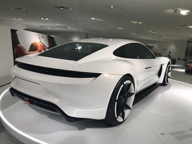 画像: ポルシェのフル電動スポーツカー、ミッションE=タイカン。その姿がもうすぐ日本でも見ることができそうだ。