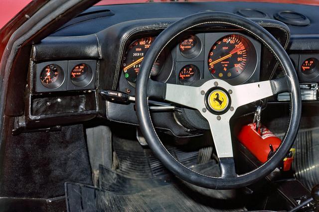 画像: 精緻な作りこみがフェラーリの歴史を物語る。中央右の回転計は7000rpmからレッドゾーン、左の速度計は300km/hスケール。