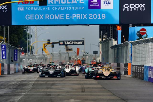 画像: レースはアンドレ・ロッテラー(DSテチーター)とミッチ・エバンス(パナソニック・ジャガー・レーシング)がリード。