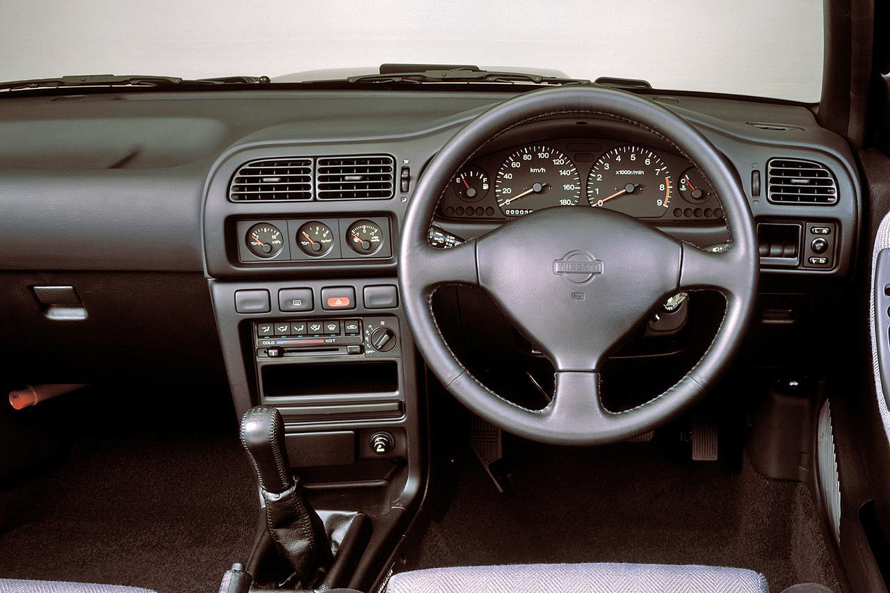 画像: 回転計は7500rpmからレッド表示。ラリー車ベースだけにセンターコンソールにブースト/油圧/油温計をセットする。