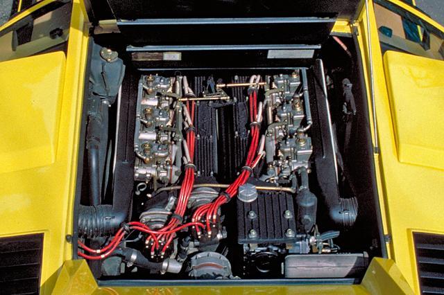 画像: ミッドシップに縦置きされる4LのV12DOHCは、ウエーバー2チョークキャブ×6基で375psを発生した。