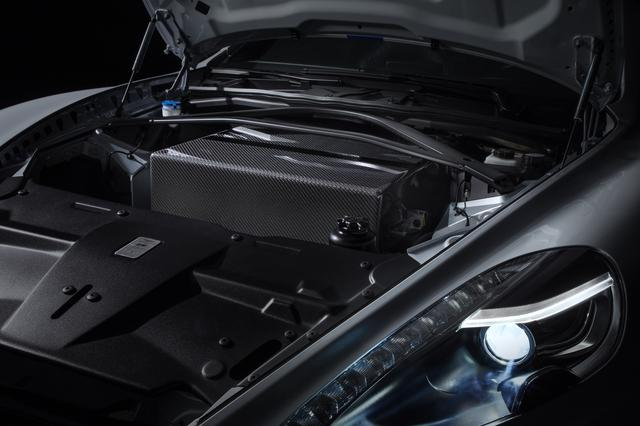 画像: バッテリーパックはV12エンジン、ギアボックス、燃料タンクが配置されていた場所に搭載されている。