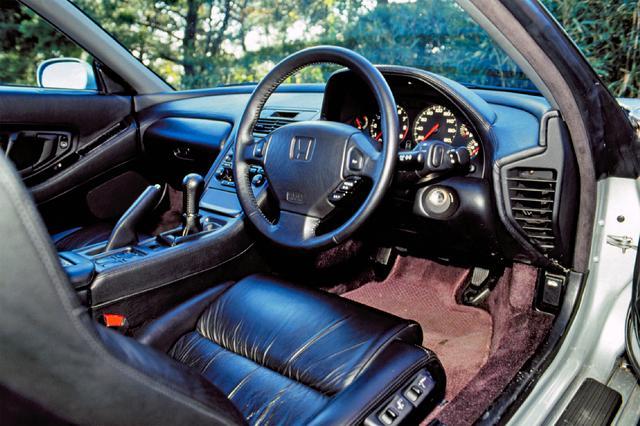 画像: 運転席と助手席をインストルメントパネルに続く大型コンソールで分割した1by1ダブルサラウンドコクピットを採用。