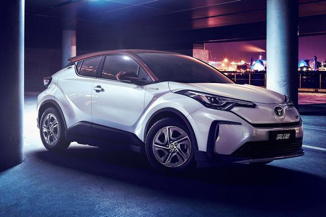 画像: こちらはIZOA。トヨタの電気自動車だ。