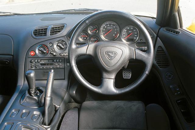 画像: まさにコクピット。ドライバー正面に大径の回転計を配置するのは、スポーツドライビングへの拘りの発露だった。