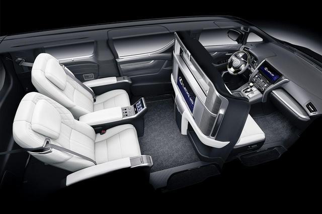 画像: 大型モニターを搭載する車内。まるでプライベート空間だ。