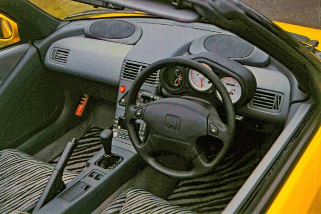 画像: インパネからメーターを完全に独立させたモーターサイクルを思わせる3眼メーターを採用。大容量エアコンも標準装備していた。
