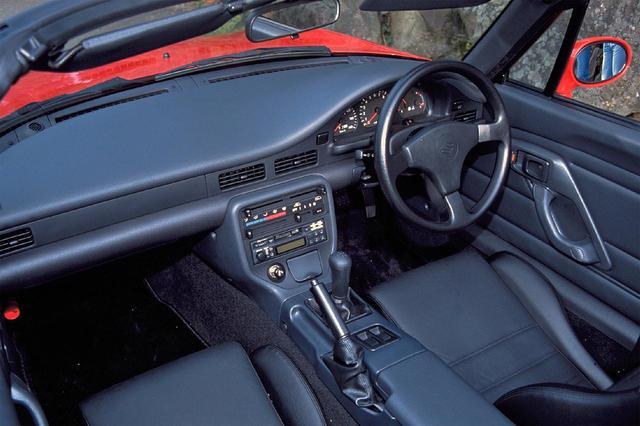 画像: 中央に8500rpmからレッドゾーン表示のタコメーターを配置する、スポーツカーならではのメーターパネルで走りを煽る。