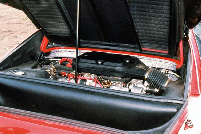 画像: 2926ccの90度V8DOHCはウエーバー40DCNFキャブを4基装着し、255psと29.0kgmを発生した。