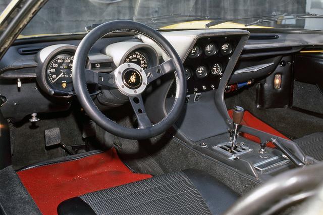 画像: 左に320km/hスケールの速度計、右に10000rpmスケールの回転計を配置。シフトにはライバルのフェラーリ同様ゲートが切られていた。