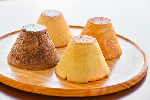 画像: 富士山を模した人気パンのシリーズも足柄SAで販売されている。画像、左より「富士山チョコブレッド」(280円)、「富士山メロン」(230円)、「富士山クリームメロン」(260円)、「富士山メープル」(270円)。