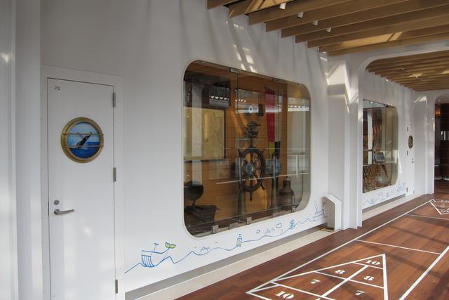 画像: 通路のディスプレイも豪華客船内をイメージしている。
