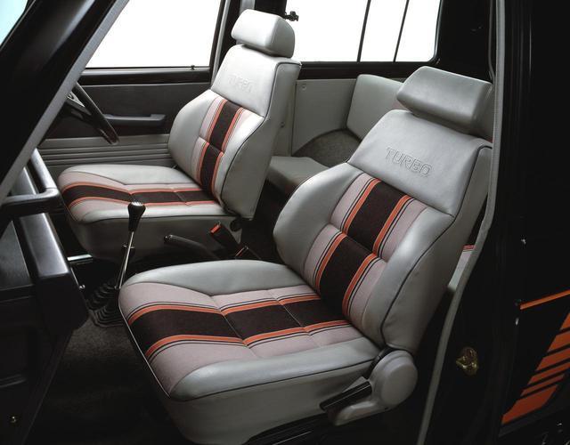画像: 室内も乗用車テイスト。ディーゼルターボ車のシートには「TURBO」の文字が誇らしげに入る。