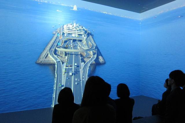 画像: 迫力ある映像で、東京湾アクアラインの建設過程を知ることができる。