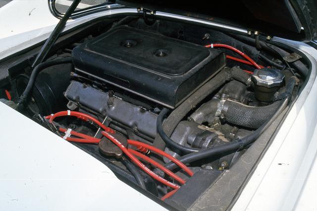 画像: バンク角65度のV6 DOHCは、ウエーバー製キャブレターの3連装で195psを発生した。