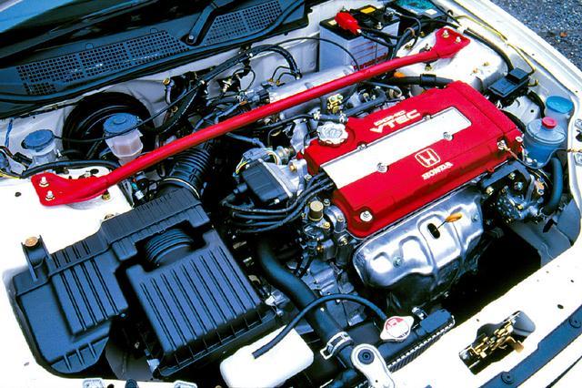 画像: 油圧によりカムプロファイルを2段階に切り替えるVTECの採用によって、高回転域でのエンジン回転の伸びはターボ的と言われた。