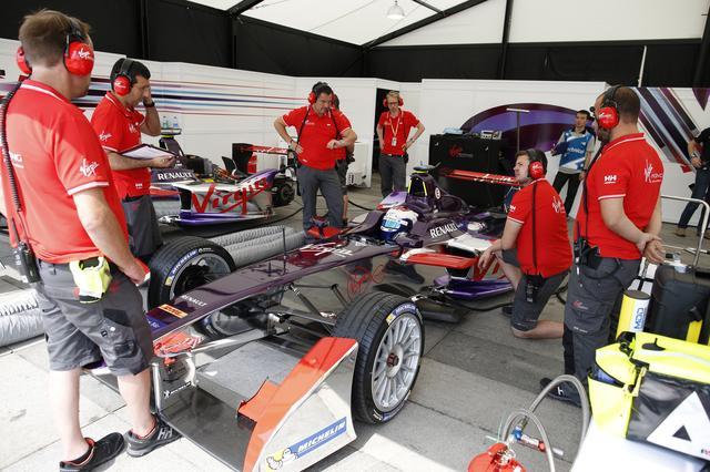 画像: シーズン1はバッテリー容量が小さかったため、各ドライバーは2台のマシンを用意、レース途中で乗り換えた。