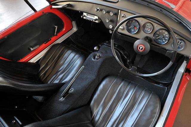 画像: トヨタ スポーツ800のコクピット。タコメーターのレッドゾーンはおよそ5500rpmから。