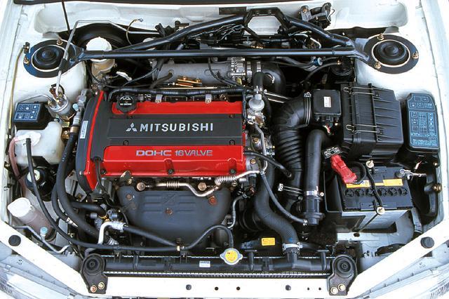 画像: エボⅣからはエンジンを180度回転させて搭載。回転補正のためのシャフトを1本減らし、シンプルな構造となった。