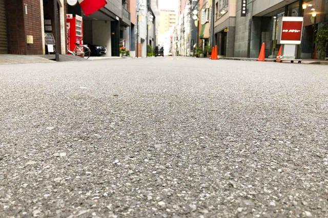 画像: 肉眼では分かりにく路面の傾き。一般的な道路で3〜5%ほどの勾配がつけられている。