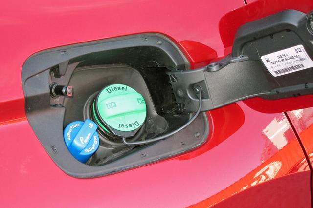 画像: フュエルリッドを開けると、燃料の軽油用給油口とSCRシステムの尿素水用給水口が備わっている。