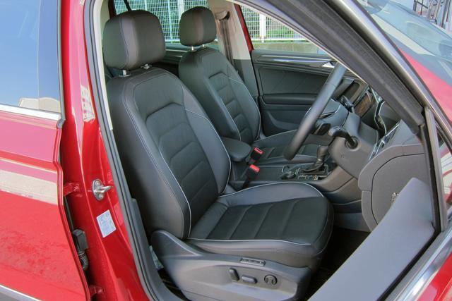 画像: 本革シートはオプション。室内空間は前後シートにラゲッジスペースとも十分広い。
