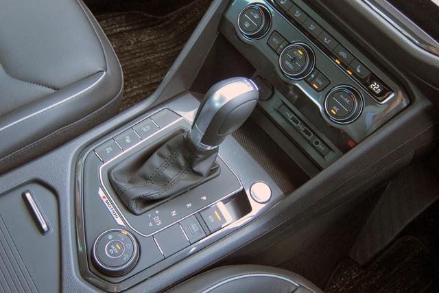 画像: ATシフト右手前のダイヤルが4WDの走行モード切替スイッチで、中央部はドライブモードの切替スイッチとなっている。