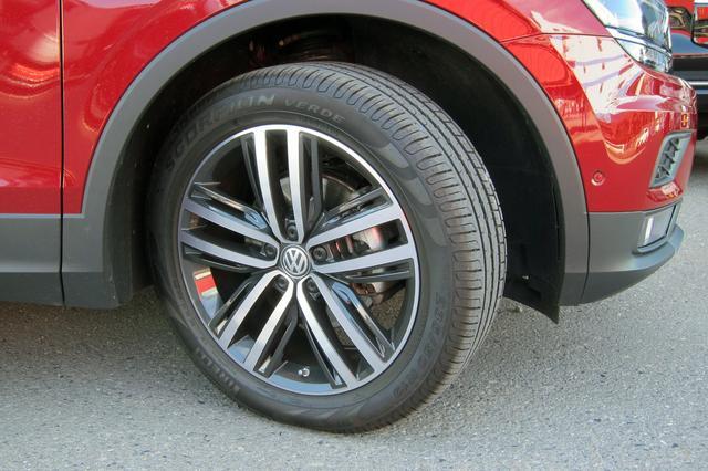 画像: 試乗車はDCCパッケージ装着車なので、タイヤは235/50R19のピレリ・スコーピオンをアルミホイールに履く。
