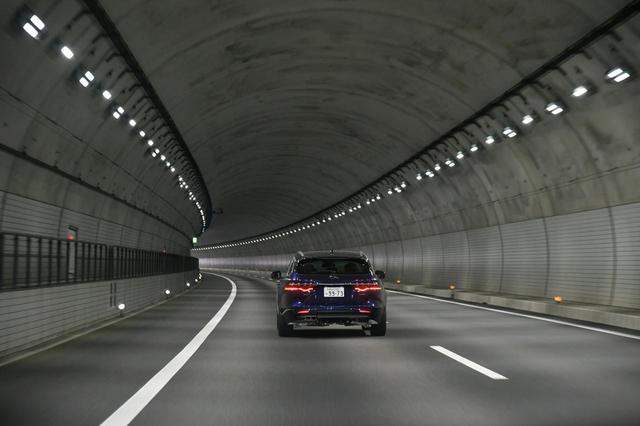画像: トンネル内は、アスファルト路面ではなく、コンクリート路面が採用されているケースが多いという。