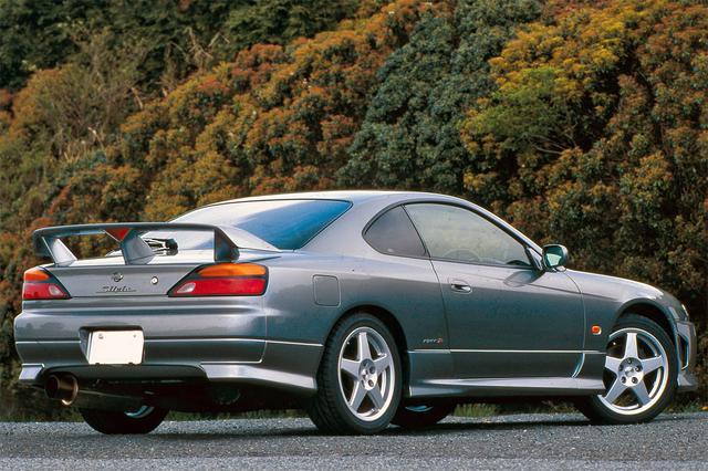 画像: S14の鈍重さが消えシャープなデザインとなったS15。スペックRはパワー的にも十分でファンなクルマだ。