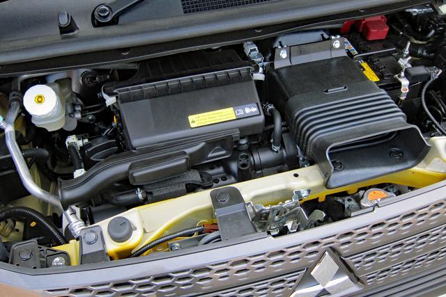画像: エンジンフードを開けても、エンジン本体はほとんど見えない。