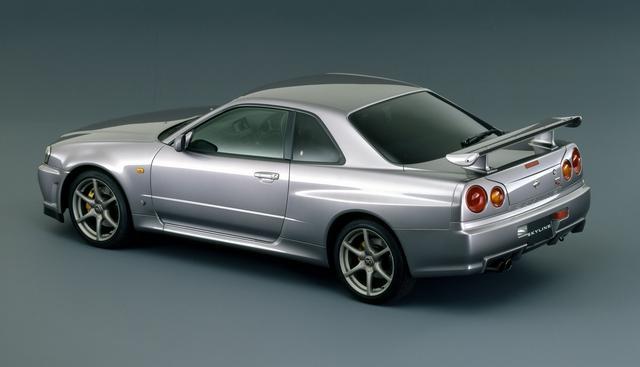画像: 先代のR33型よりコンパクトになったR34型GT-R。伝統の丸型テールランプは踏襲している。