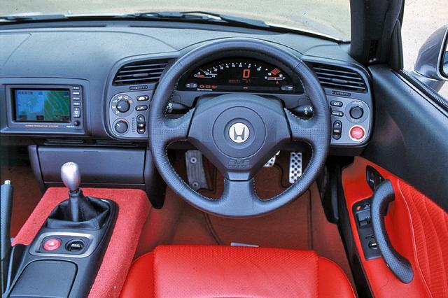 画像: タイトなコクピットはまさにスポーツカー。スピードメーター、タコメーターはデジタル表示。視認性は良い。