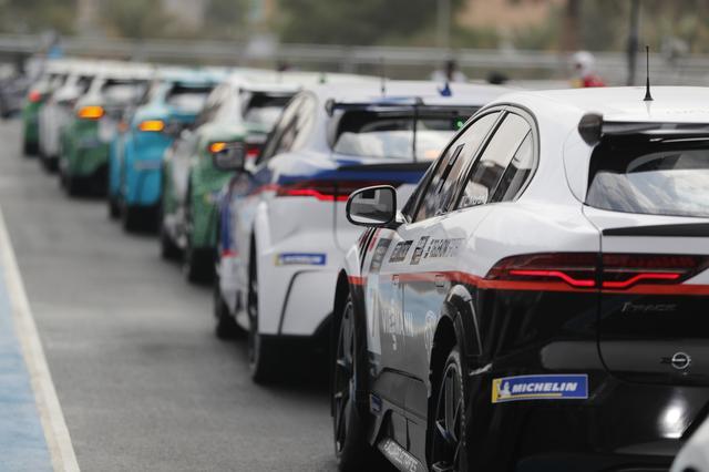 画像: レース主催者にとってサポートレースの盛り上がりは歓迎すべきなのはもちろんのこと、自動車メーカーにとっても電気自動車のワンメイクレース開催は技術開発や市場へのアピールなどメリットは大きい。