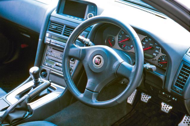画像: GT-Rのエンブレムを配したステアリングはR32から続く。社外ステアリングより握りやすいという評価もある。