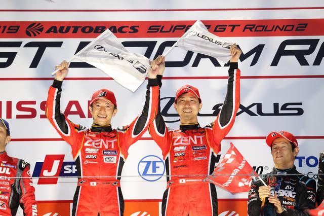 画像: 優勝した38号車 ZENT CERUMO LC500、立川祐路(左)と石浦宏明。