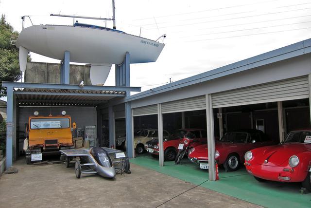 画像: 20台ほどのヒストリックカーにソーラーカーや雪上車、屋根の上にはヨットも…!