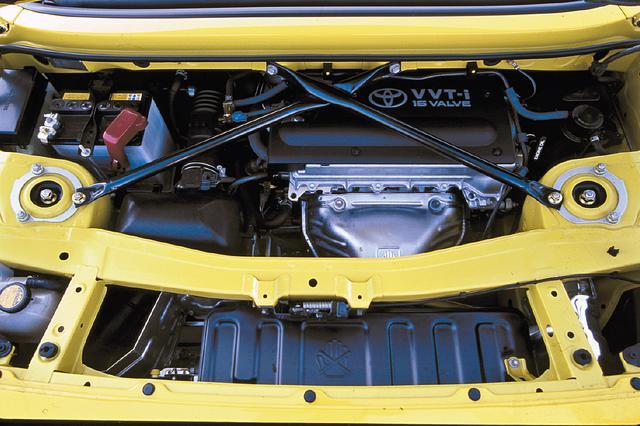 画像: シート直後に横置きされた1ZZ-FEエンジン。1.8Lで140psと非力ながら、軽量ボディを気持ち良く引っ張った。