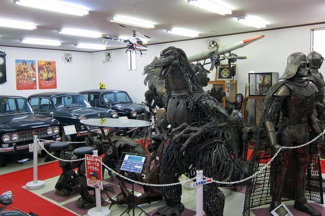 画像: 歴史展示館の内部。ヒストリックカーの前に、ゴジラやダースベイダーのオブジェが…。