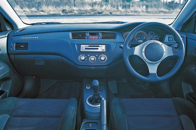 画像: オフブラックのモノトーンが基調色で、新デザインのMOMO製の本革巻き3本スポークステアリングや本革巻きシフトノブなどを装備。
