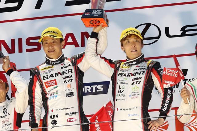 画像: GT300クラスを制したGAINER TANAX GT-Rの平中克幸(左)安田裕信。