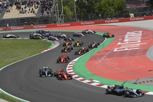 画像: 昨年のスペインGPのスタート、1コーナーから2コーナーにかけての攻防。早くもルイス・ハミルトン(メルセデスAMG)がリードを広げようとしている。