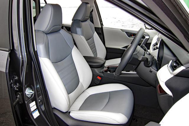 画像: ハイブリッドGのシート地は合成皮革。前席はヒーター内蔵で、運転席は電動アジャスト。